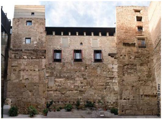 La casa dels Marc, restaurada, amb la muralla romana a sota.