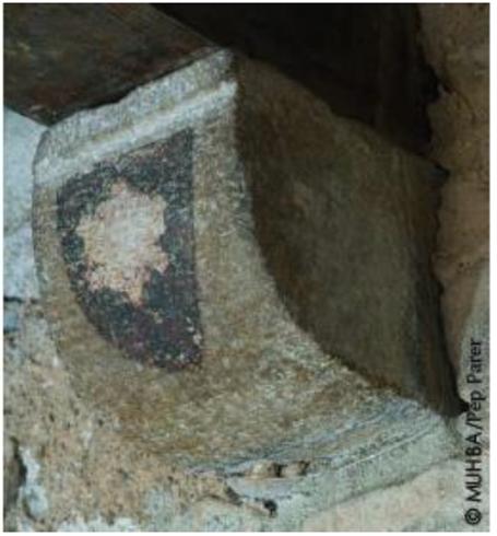 Mènsules del casal medieval decorades amb els escuts de les dues famílies propietàries, els Marc i els Gualba